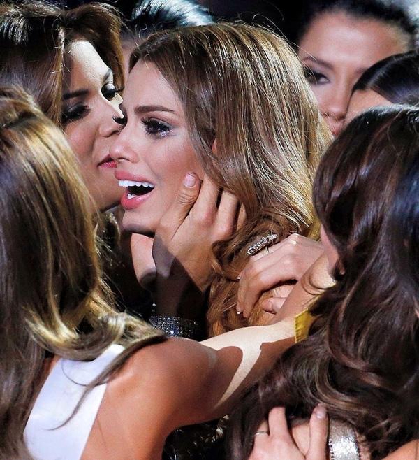 Những giọt nước mắt lăn dài trên gương mặt Miss Colombia.