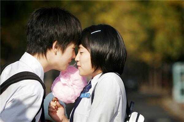 Tình yêu trong sáng ở tuổi mới lớn là hoàn toàn hợp lẽ tự nhiên. (Ảnh: Internet)