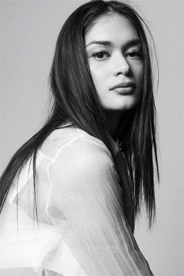 Pia trên một tạp chí thời trang với gương mặt chỉ được phủ nhẹ phấn nền.