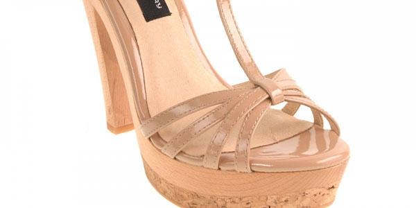 Người đẹp 26 tuổi sẽ có một tủ giày với đầy đủ các kiểu, màu sắc.