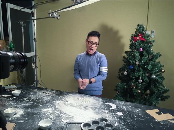 Vì không biết làm bánh nên Trung Quân khá vất vả trước những cảnh quay trong MV. - Tin sao Viet - Tin tuc sao Viet - Scandal sao Viet - Tin tuc cua Sao - Tin cua Sao