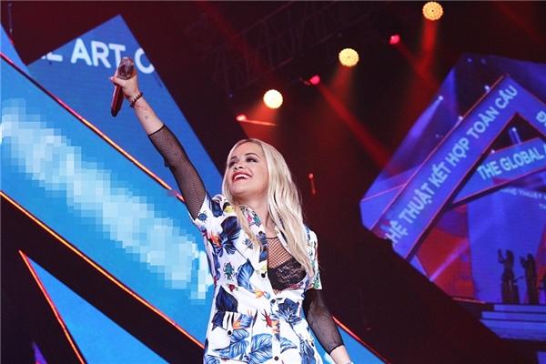 Chi Pu nổi bật với áo dài truyền thống bên vẻ bốc lửa của Rita Ora - Tin sao Viet - Tin tuc sao Viet - Scandal sao Viet - Tin tuc cua Sao - Tin cua Sao
