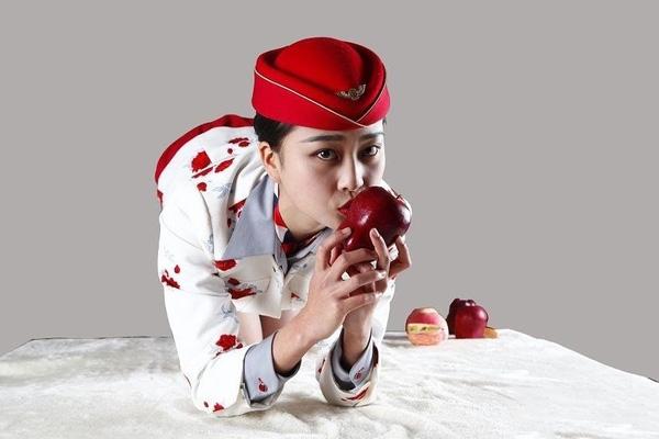Các nữ tiếp viên hàng không này cung cấp những quả táo đã được mình hôn trên một website do chính các cô lập. (Ảnh: Internet)