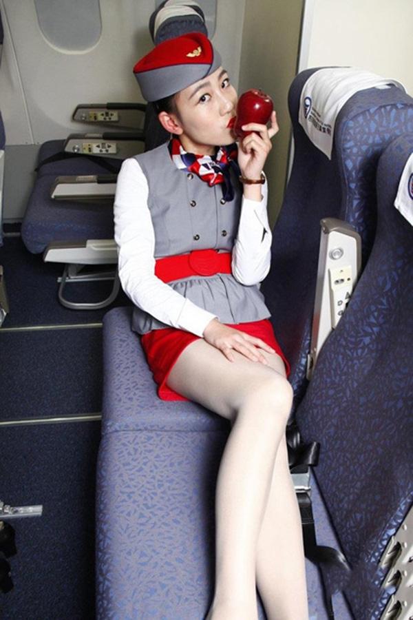 Sửng sốt với dịch vụ bán nụ hôn của nữ tiếp viên hàng không xinh đẹp