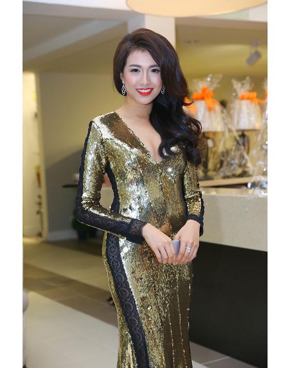 Chất liệu ánh kim của bộ váy đã khiến cơ thể áhậu Lệ Hằng trở nên to bất thường, đặc biệt là ở vòng eo. Bên cạnh đó, kiểu trang điểm của người đẹp cũng không thực sự hòa hợp với trang phục.
