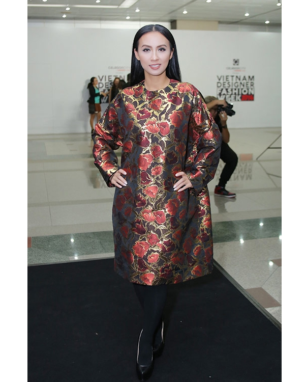 Với chiều cao khá khiêm tốn, những phom váy rộng có độ dài quá gối không phải là lựa chọn hoàn hảo cho Huyền Ny. Bên cạnh đó, màu sắc, hoa văn và kiểu diện váy cùng quần tất khiến nữ MC tự cộng tuổi cho mình.