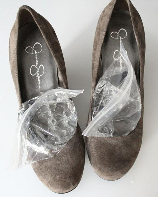 Để nới rộng giày, sử dụng công thức: nước + cho vào túi ni-lông + nhét vào giày + cho giày vào ngăn đông. (Ảnh: Internet)