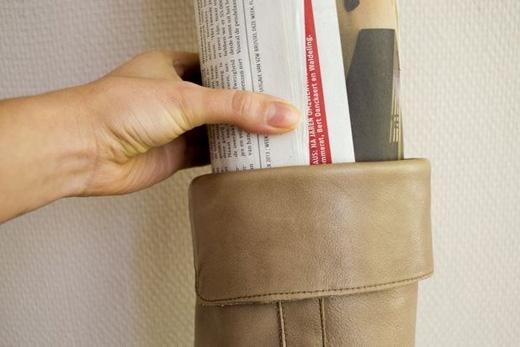 Để làm rộng ống giày bốt, xịt vào giày thuốc làm giãn da và dùng báo nén bên trong. Có thể thay thế bằng cồn khử trùng. (Ảnh: Internet)