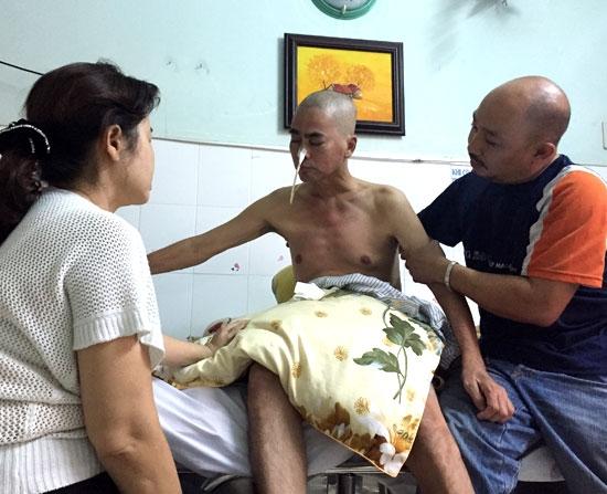 Chỉ gần hai tháng nằm viện, Nguyễn Hoàng già khọm đi thấy rõ. Anh đang được người nhà và các y bác sĩ chăm sóc rất tận tình. - Tin sao Viet - Tin tuc sao Viet - Scandal sao Viet - Tin tuc cua Sao - Tin cua Sao