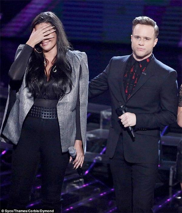 Olly Murs (phải) và Monica Michael trên sân khấu X Factor.Ảnh:Syco/Thames/Corbis/Dymond