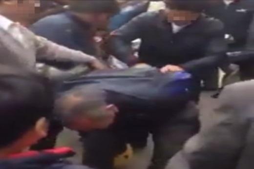 Đi móc túi,vợ chồng già bị người dân đánh giữa đường phố.
