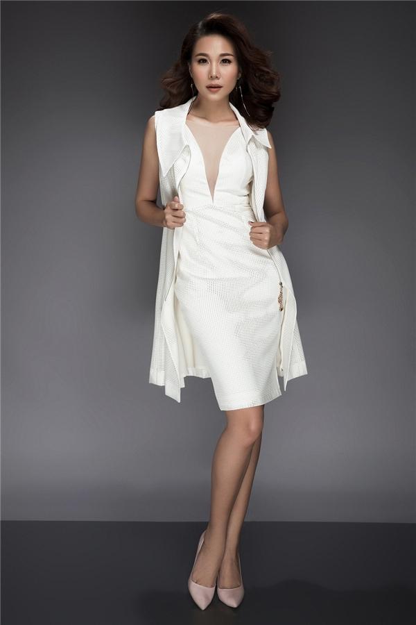 Trong mùa mốt Thu - Đông năm nay, kiểu diện váy cocktail kết hợp áo blazer khoác ngoài được phái đẹp khá ưa chuộng bởi sự hiện đại, quý phái. Chất liệu vải cao cấp với gam trắng tinh khôi càng làm tôn lên nét thanh lịch cho Thanh Hằng.