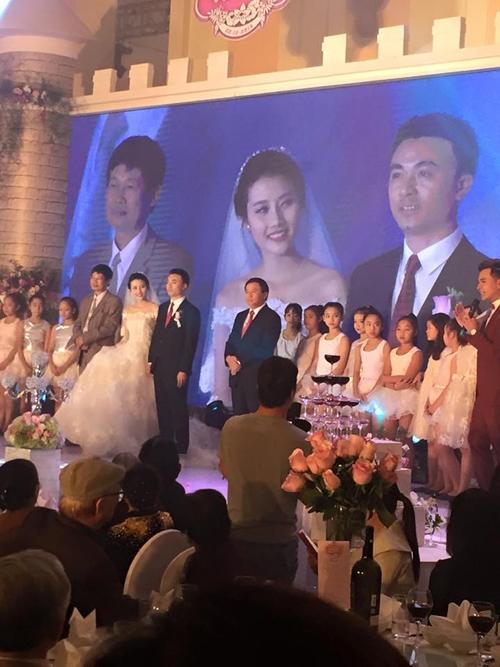 Tiệc cưới diễn ra tại một khách sạn ấm cúng ở Hà Nội. Được biết ông xã Thanh Tú hơn cô 14 tuổi. - Tin sao Viet - Tin tuc sao Viet - Scandal sao Viet - Tin tuc cua Sao - Tin cua Sao