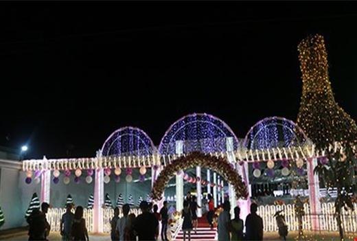 Rạpđược trang trí toàn bộ bằng đèn led tạo nên sự lung linh cho tiệc cưới. (Ảnh Intrernet)