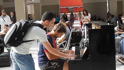 2 du khách chơi đàn tại sân ga Paris khiến dân mạng xao xuyến