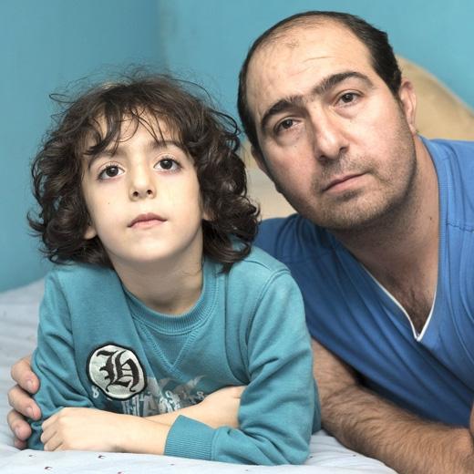 Hai bố con Amir và Gholam đã trải qua một đêm kinh hoàng trong đời. (Ảnh: The Sun)