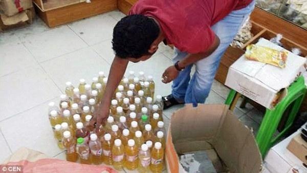 Chính quyền Ả-rập Xê-út đã tiến hành tịch thu 70 chai nước tiểu lạc đà và tiến hành đóng cửa vĩnh viễn một cửa hàng bán nước tiểu lạc đà truyền thống sau khi phát hiện tác giả của những chai nước là… ông chủ cửa hàng.