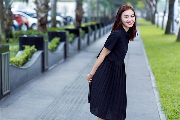 Thông thường, những chiếc áo crop top, áo hở eo luôn được diện cùng quần jeans hoặc legging giúp các cô gái trông cá tính, mạnh mẽ hơn. Tuy nhiên, Lan Ngọc lại mang đến dư vị khá mới mẻ khi diện cùng chân váy xếp li điệu đà.