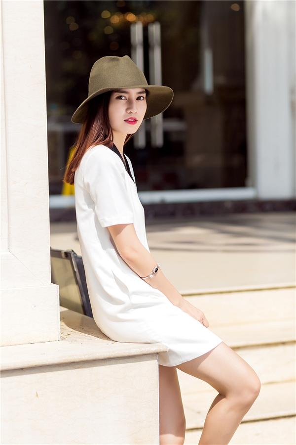 Phom váy trắng đơn giản sẽ là người bạn đồng hành tuyệt vời cho các cô gái trong những chiều xuống phố cuối tuần. Đặc biệt với những cô gái sở hữu đôi chân dài, thiết kế này sẽ giúp phô diễn trọn vẹn lợi thế trên.
