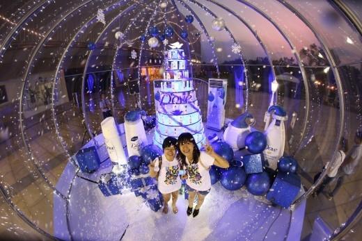 Người dân Sài Thành hào hứng chụp ảnh tại quả cầu tuyết độc đáo. Bật mí với bạn quả cầu tuyết sẽ càng rực rỡ hơn vào ban đêm.