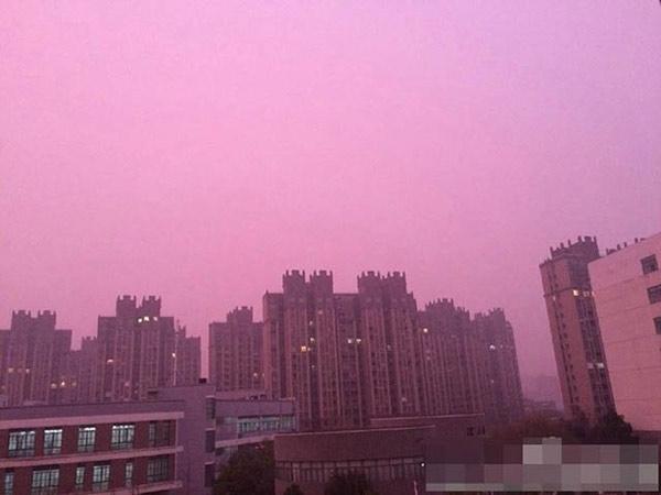 Bầu trời phủ màu hồng tím vì sương mù ở Nam Kinh.