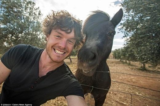 Cả Allan và chú ngựa này đều có mái tóc bay bồng bềnh trong gió.(Ảnh: Internet)