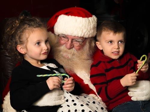 Ông già Noel hiện đại thường gắn với việc lắng nghe mong ước của trẻ nhỏ. (Getty Images)
