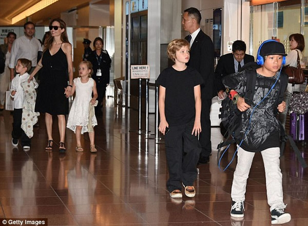 Từ đứa trẻmồ côi, cậu bé trở thành con trai của cặp vợ chồng nổi tiếng nhất nhì thế giới, hưởng thụ một cuộc sống đầy đủ vật chất và yêu thương.(Ảnh: Internet)