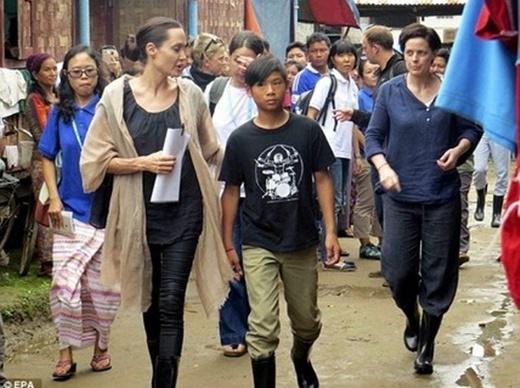 Pax Thiênnăm nay đã 12 tuổi, cậu bé ra dáng một thiếuniên chững chạc, thường xuyên theo mẹ tham dự các buổi từ thiện, công tác xã hội.(Ảnh: Internet)