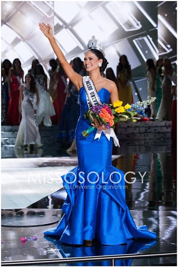 Pia trong giây phút đăng quang Hoa hậu Hoàn vũ 2015.