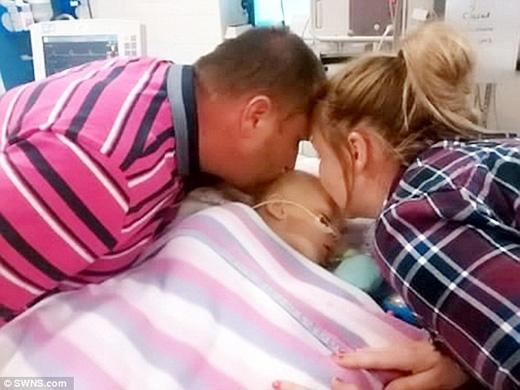 Francesca và Lee Moore-Williams hôn vĩnh biệt Bella. (Ảnh: Daily Mail)