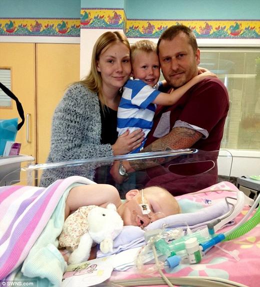 Cả gia đình chụp ảnh kỉniệm trước khi rút ốngthở cho Bella. (Ảnh: Daily Mail)