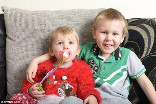 Bella và anh trai Bobby. (Ảnh: Daily Mail)