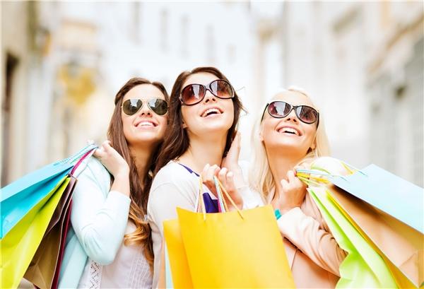 Tận dụng mùa khuyến mãi cuối năm để lấp đầy tủ quần áo bạn nhé. (Ảnh: Internet)