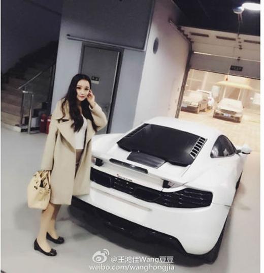 Vương Hồng Giai cùng chiếcMercedes-Benz E55 AMG (Ảnh: Internet)