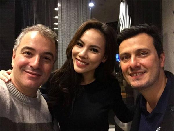 Henrique Fontes (trái) chụp chung với Nguyễn Thị Lệ Quyên - đại diện Việt Nam tham dự Miss Supranational 2015 tại Ba Lan. Ảnh: FBNV - Tin sao Viet - Tin tuc sao Viet - Scandal sao Viet - Tin tuc cua Sao - Tin cua Sao