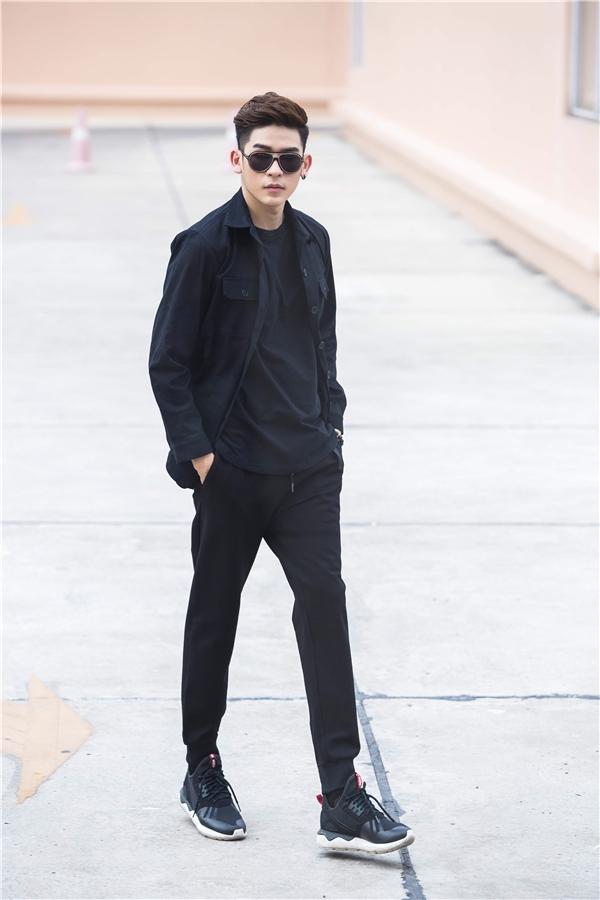 Thay vào vẻ bụi bặm thường thấy, Minh Trung lại mang đến vẻ ngoài thanh lịch, nhẹ nhàng với cách kết hợp trang phục tông xuyệt tông đen.