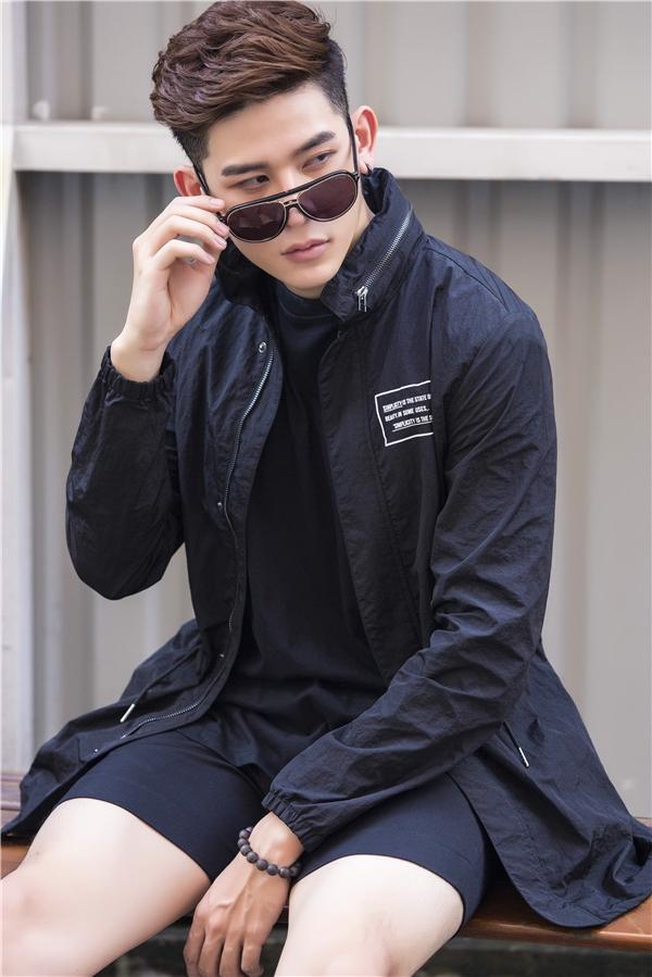 Hai cách phối trang phục với sắc đen đầy mê hoặc của Minh Trung. Chỉ một chút biến tấu về họa tiết hay chất liệu sẽ mang đến vẻ ngoài mới mẻ hơn.