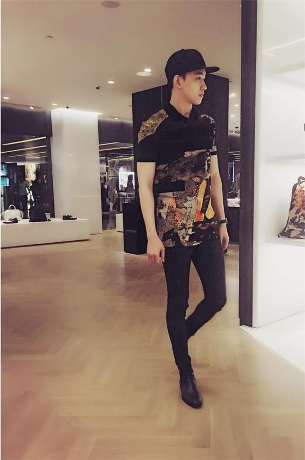 Trong những năm gần đây, các chàng trai khá ưa chuộng diện quần legging. Võ Cảnh khéo léo tạo nên điểm nhấn bằng chiếc áo sơ mi với họa tiết và màu sắc rực rỡ.