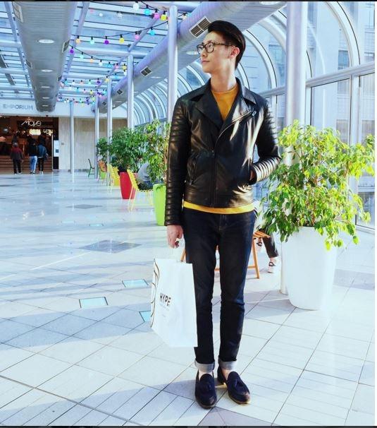 Rocker Nguyễn nam tính, lịch lãm với áo khoác da kết hợp áo phông màu nổi cùng quần jeans cổ điển. Hiện tại, chàng trai này đang trở thành một hiện tượng mới trong lòng giới trẻ Việt Nam bởi vẻ ngoài điển trai tương tự nam ca sĩ Isaac.
