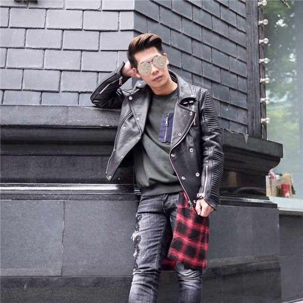 Hai màu sắc thời trang cuối đông khác biệt của Travis Nguyễn: một trẻ trung, năng động vàmột cá tính, bắt mắt. Đây sẽ là hai gợi ý tuyệt vời cho các chàng trai trong những ngày lễ hội rộn ràng cuối năm.