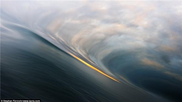 Một đợt sóng kì ảo ở biển Ilulissat, vịnh Disko, Greenland (Ảnh: Stephan Fürnrohr, Đức)