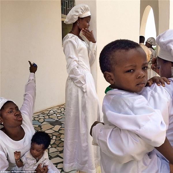 """Ai bảo một chiếc điện thoại không thể """"làm nên chuyện"""" khi nhiếp ảnh gia Edgard de Bono đến từ Ý lại có thể bắt lại khoảnh khắc đẹp tuyệt vời này tại thành phố Benin, Nigeria?"""