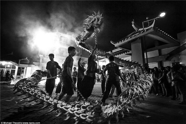 Điệu múa rồng đầy huyền ảo trong lễ Xá tội Vong nhân tại đền Boen San Bio ở Tangerang, Indonesia dưới góc nhìn của nhiếp ảnh gia nhỏ tuổi nhất cuộc thi – Michael Theodric.