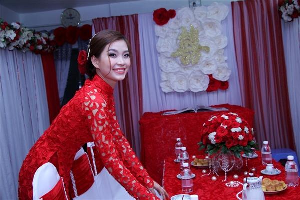Trong lễ ăn hỏi, Diễm Trang diện áo dài màu đỏ theo truyền thống với chất liệu ren lưới vô cùng gợi cảm, quyến rũ. - Tin sao Viet - Tin tuc sao Viet - Scandal sao Viet - Tin tuc cua Sao - Tin cua Sao