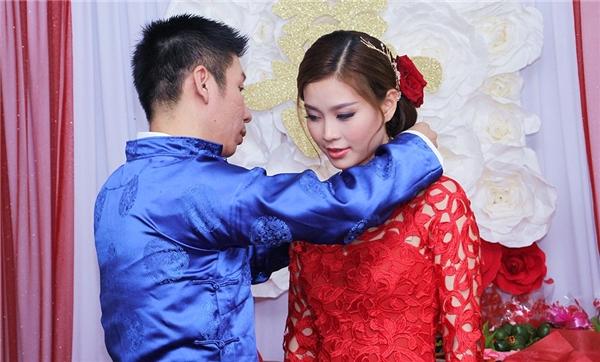 Đích thân chồng Diễm Trang đã nắm tay cô từ trong ra chào hai họ chứ không phải mẹ của Diễm Trang. - Tin sao Viet - Tin tuc sao Viet - Scandal sao Viet - Tin tuc cua Sao - Tin cua Sao