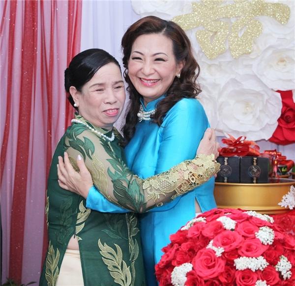 Mẹ chồng (áo dài xanh rêu) và mẹ ruột của Diễm Trang (áo dài xanh) thể hiện rõ niềm vui mừng trong ngày trọng đại của cặp đôi trai tài, gái sắc. - Tin sao Viet - Tin tuc sao Viet - Scandal sao Viet - Tin tuc cua Sao - Tin cua Sao