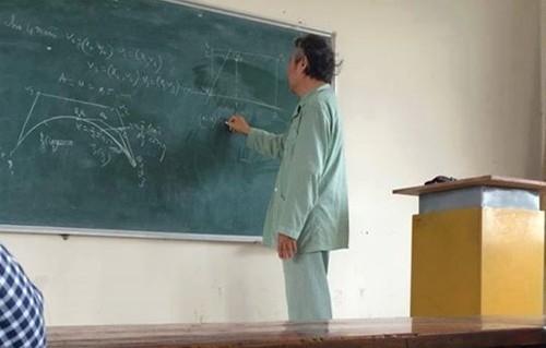 Bức ảnh thầy Bùi Quý Lực trốn viện đến giảng đường từng khiến cộng đồng mạng xúc động.