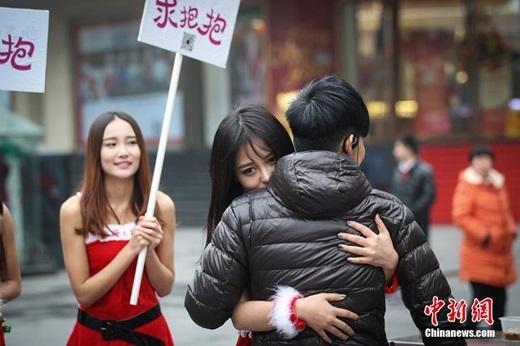 Nhìn cáchhọ ôm nhauchẳng khác nào một cặp đôi. (Nguồn Chinanews.com)