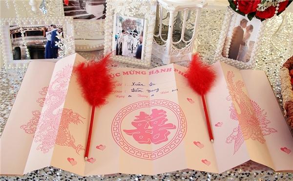 Tiệc cưới được trang trí theo hai màu trắng – đỏ mang tới không khí ấm áp, an lành. - Tin sao Viet - Tin tuc sao Viet - Scandal sao Viet - Tin tuc cua Sao - Tin cua Sao